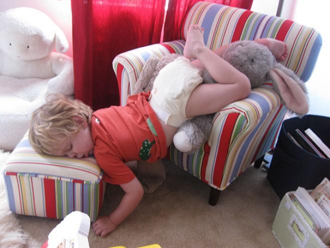 20 vidám kép arról, hogy egy kisgyermek bárhol képes álomra hajtani a fejét