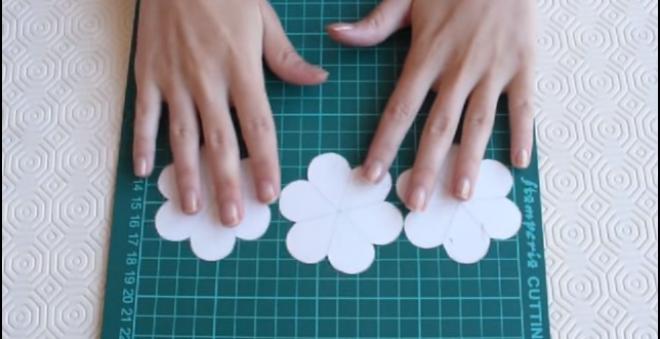 Egy papírlapból kivágott 3 virágformát. A végén valami elképesztő szép dolog lett belőle!