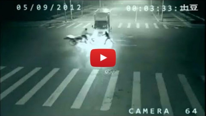 Ami 32 másodpercnél történt, arra nincs magyarázat. Angyal mentette meg egy biciklis életét?!