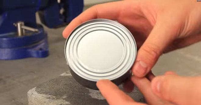 Így nyisd fel a konzervet, ha nincs nálad konzervnyitó. Csak a kezedet kell használod!