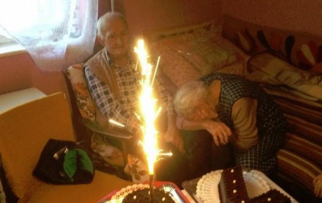 Beszédes kép!...Nézd, ahogy a bácsi belenéz a tűzijátékba, és ahogy a néni zokog...