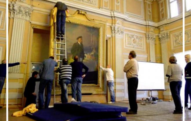 Hihetetlen dologra bukkantak Lenin képe mögött!