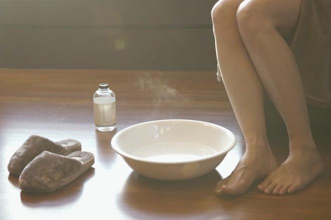 Még ma próbáld ki! Szódabikarbónás lábfürdő a hihetetlenül puha lábakért
