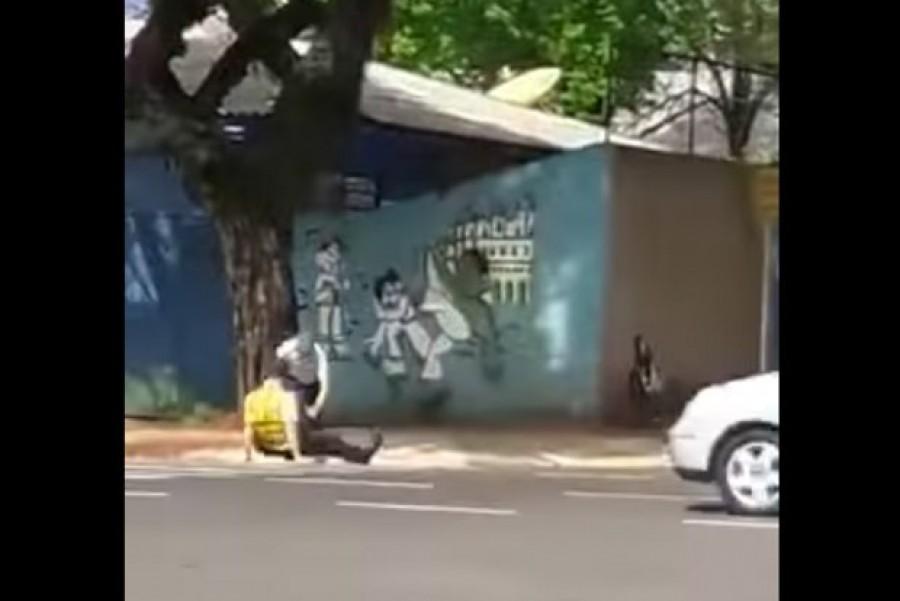 EZT LÁTNI KELL: felrúgták a traffipaxozó rendőrt - VIDEÓ!