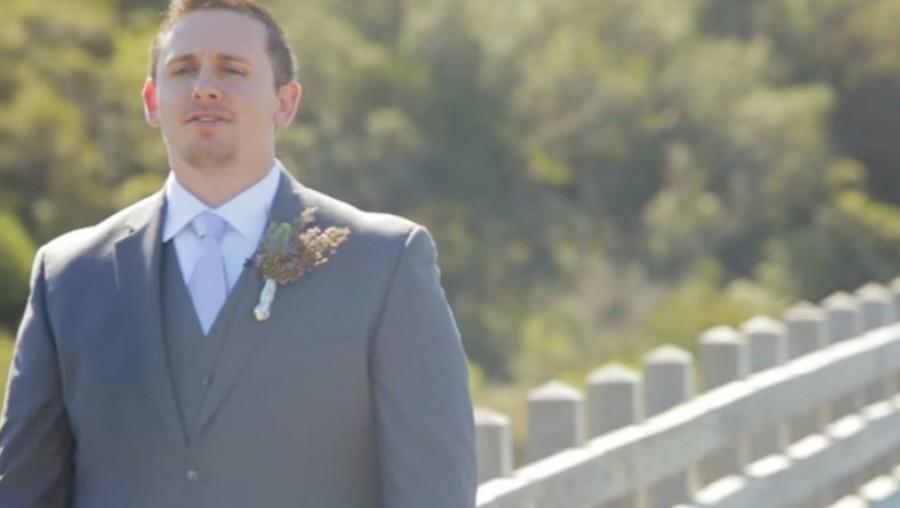 A vőlegény nem tudta visszatartani a nevetést, mikor elsőnek meglátta a menyasszonyát!