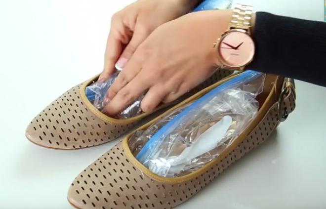 Ha szűk a cipő, 2 zacskó vízzel könnyen kitágíthatod!