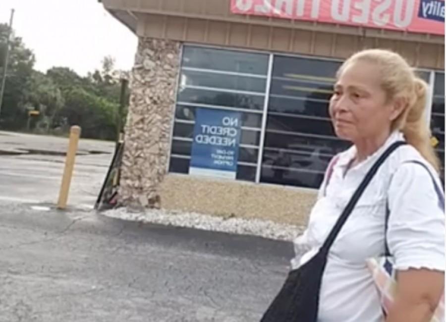 Az autószerelő lefilmezte a nőt, aki minden nap a műhelye előtt sétált!