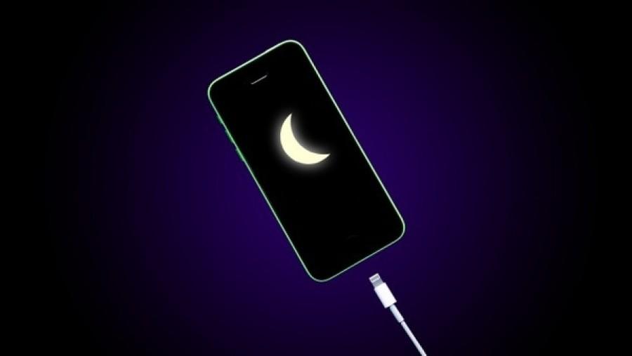 Este töltöd a telefonodat? Felejtsd el: így teszed tönkre az aksit.