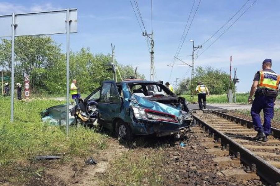 Súlyos vonatbaleset! Vonat ütközött autóval Fejér megyében