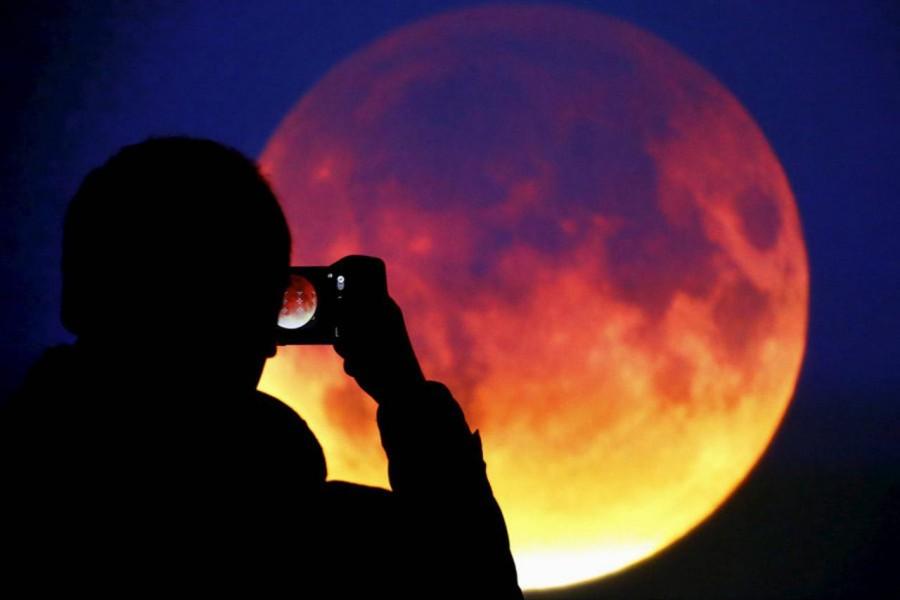 Ha ma éjjel felnézel az égre, meg fogsz lepődni: vöröses fényben úszó vérholdat fogsz látni