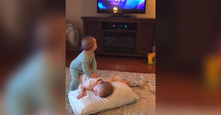 Az anyuka azt hitte, a gyermekei tévéznek, amikor benyitott, nem hitt a szemének