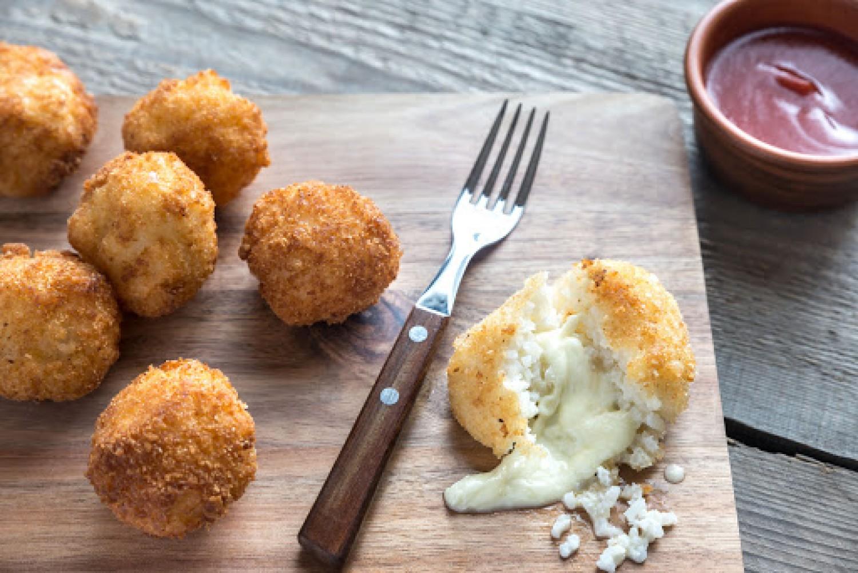 Az olaszok kedvence a sajttal töltött rizsgolyó