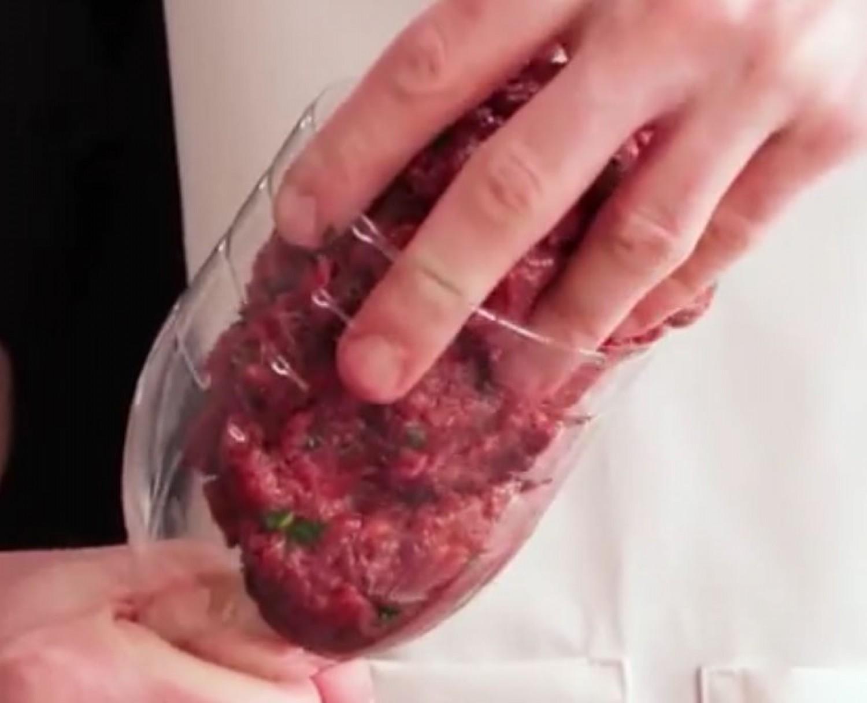 KONYHAI TRÜKK: Tegyük a darálthúsos masszát egy műanyag flakonba