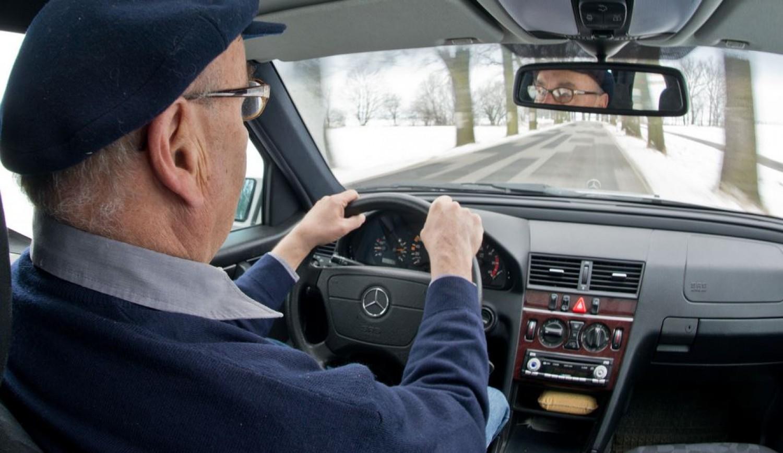 Elvennék az idősektől a jogosítványt?